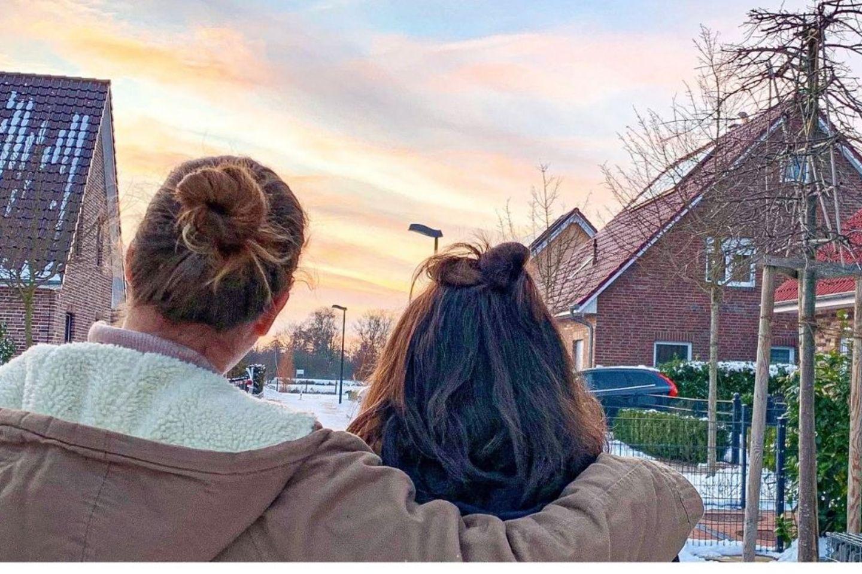 Mit Teenie im Lockdown: Mutter und Tochter von hinten