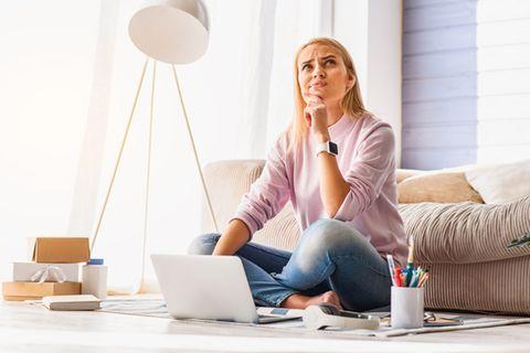 Wahrnehmungsfehler: Frau sitzt vorm Laptop und grübelt.