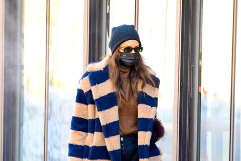 Dieser Look ist absoluter Luxus: Irina Shayktrotzt in ihremBlockstreifen-Mantel (ca. 2500 Euro) von Max Marader Kälte. Dazu trägt sie Schutz-Boots, einen Kaschmirpullover von Falconeri, Tasche von By Farund Sonnenbrille und Hose des Labels Chrome Hearts.