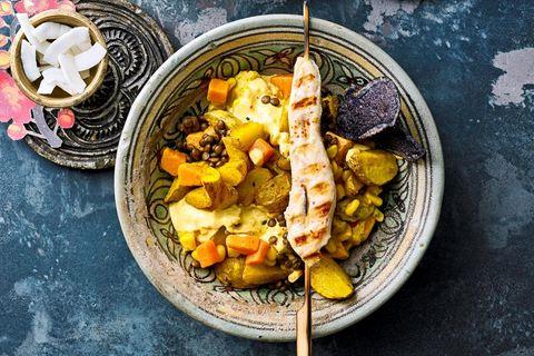 Kartoffelsalat mit Curry-Joghurt-Dressing und Saté-Spießen