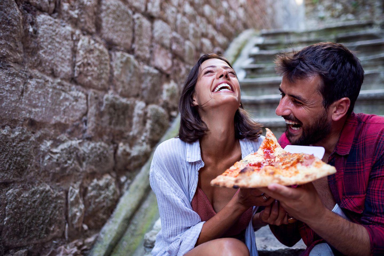 Ein Paar ist Pizza