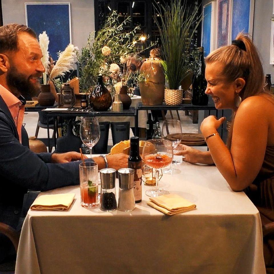 First Dates Hotel: Paar sitzt am Tisch
