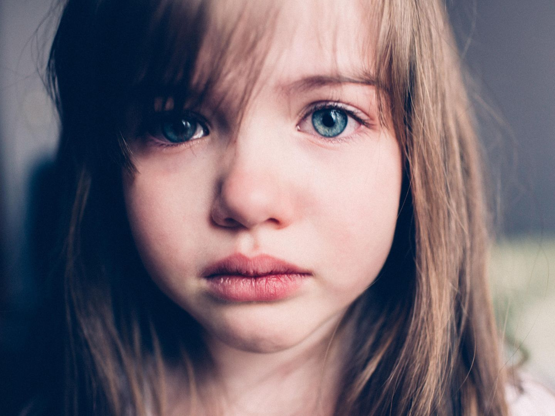 Warum unsere Kinder nicht stressresistent sein müssen: Trauriges Mädchen