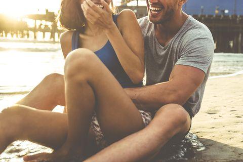 Studie: Ein Paar hat Spaß am Strand