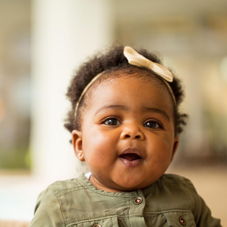 Liebevolle Babynamen: Baby mit Schleife