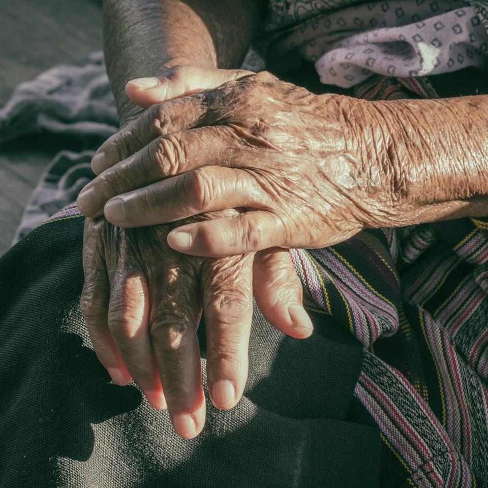 Corona aktuell: Hände einer alten Frau