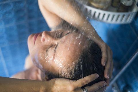 Duschen im Winter: Eine Frau unter der Dusche