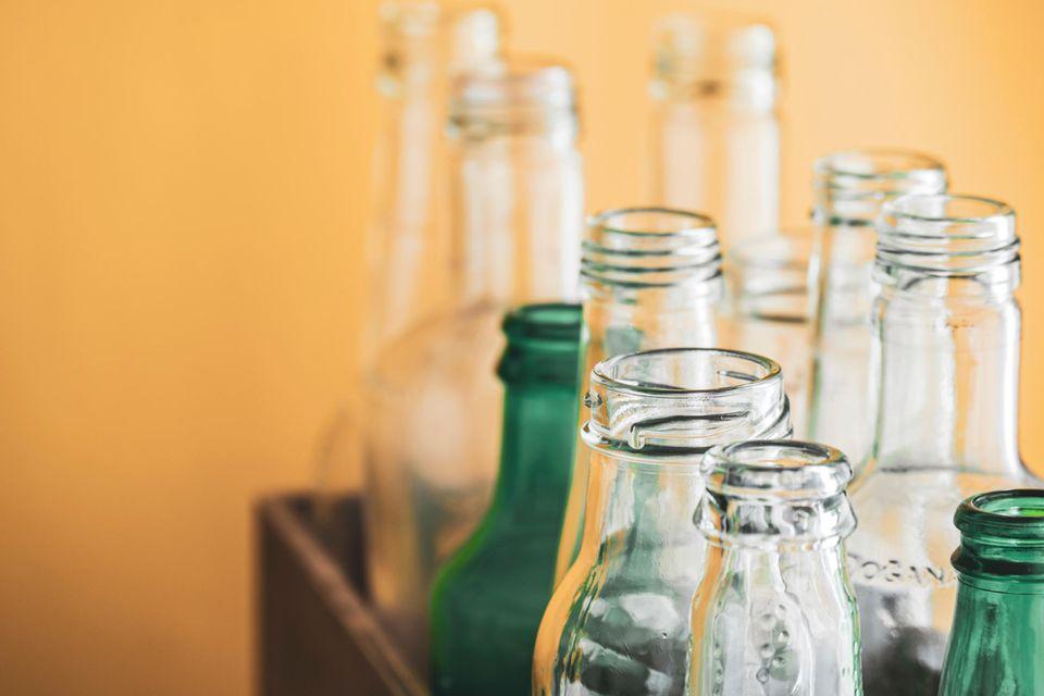 Pfand spenden: Ein paar leere Glasflaschen