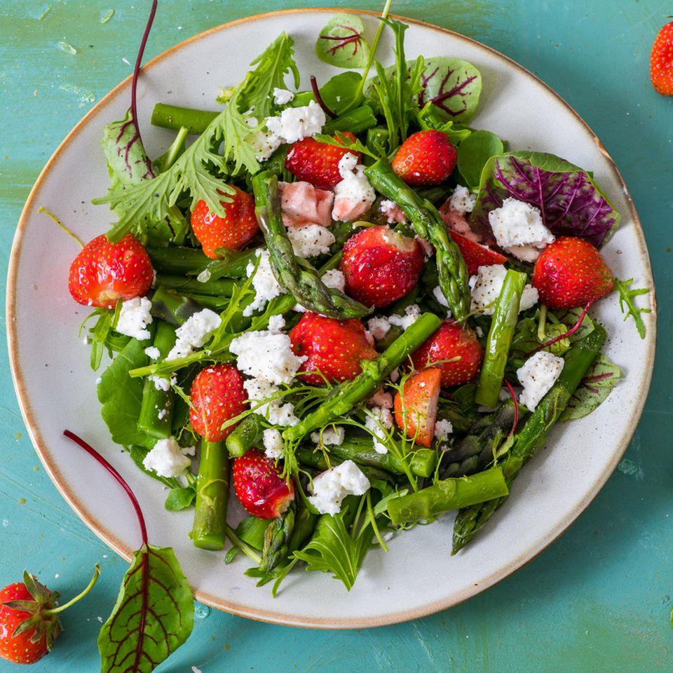 Grüner Spargelsalat mit Erdbeeren und Feta