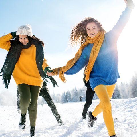 Schrittziel 10.000: Junge Frauen im Schnee