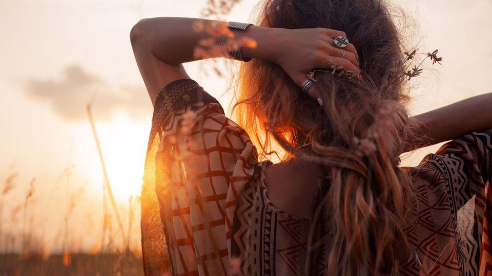 Horoskop: Eine sensible Frau im Sonnenuntergang