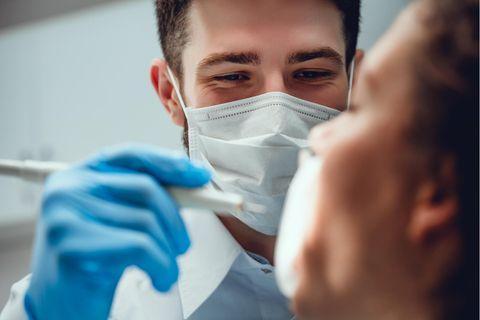 Kann dein Zahnarzt wirklich sehen, ob du Oralsex hast?
