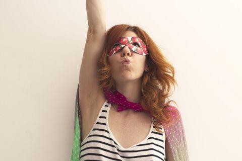 Corona-Mom und stolz drauf: Frau als Superheldin verkleidet