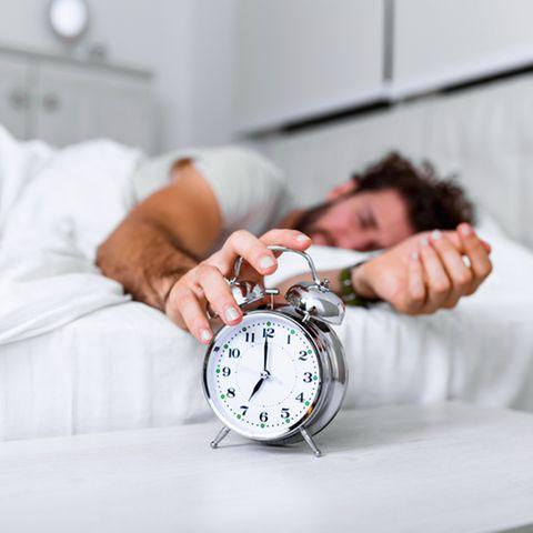 Studie über Morgentypen: Mann stellt Wecker aus