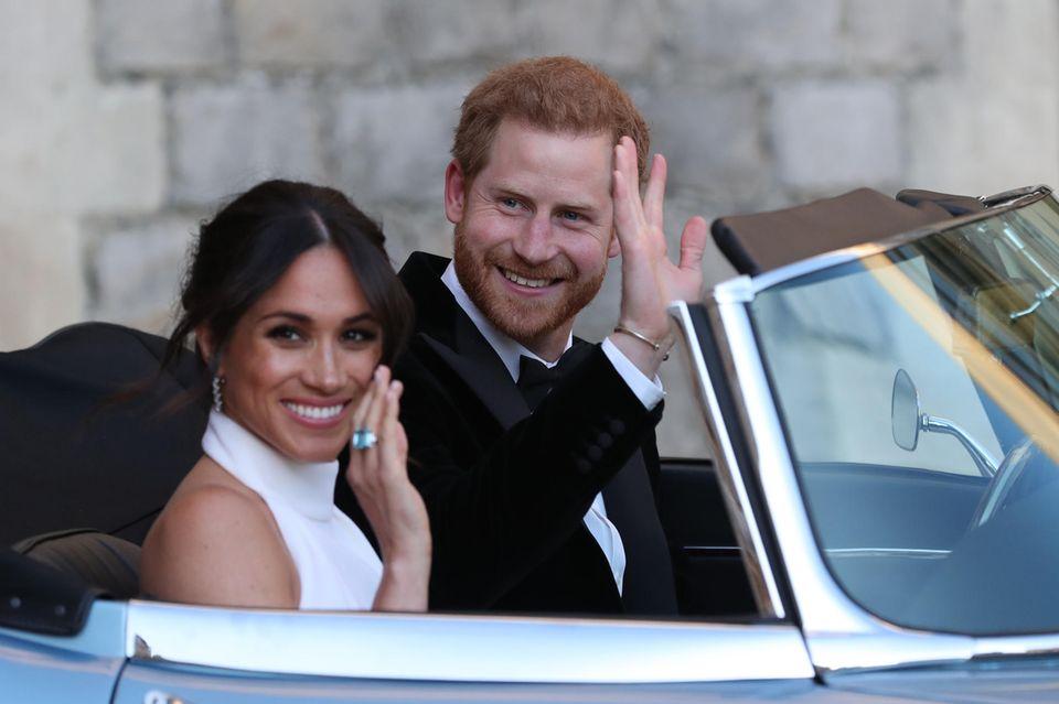 Eine Erinnerung an Diana (†), die Harry auch am Tag seiner Hochzeit bei sich trägt: das silberne Armband an seinem rechten Handgelenk.