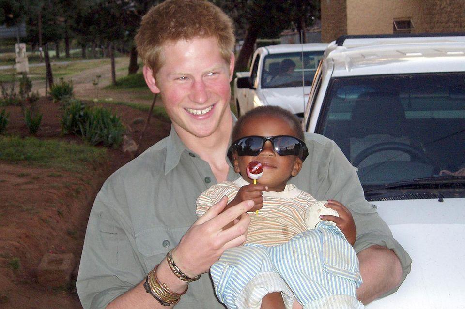 Prinz Harry zeigt sich während einer Reise nach Lesotho, Afrika, mit dem gleichen Silber-Armband.