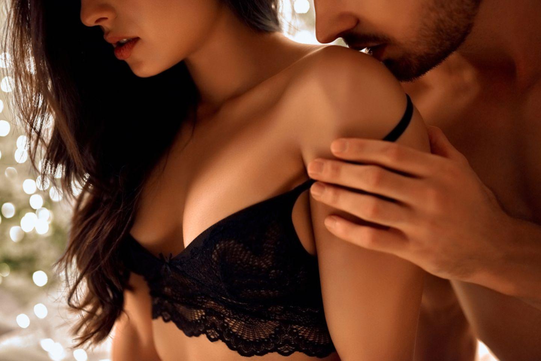 Umgekehrte Reiterstellung: Mann küsst Frau auf den Rücken