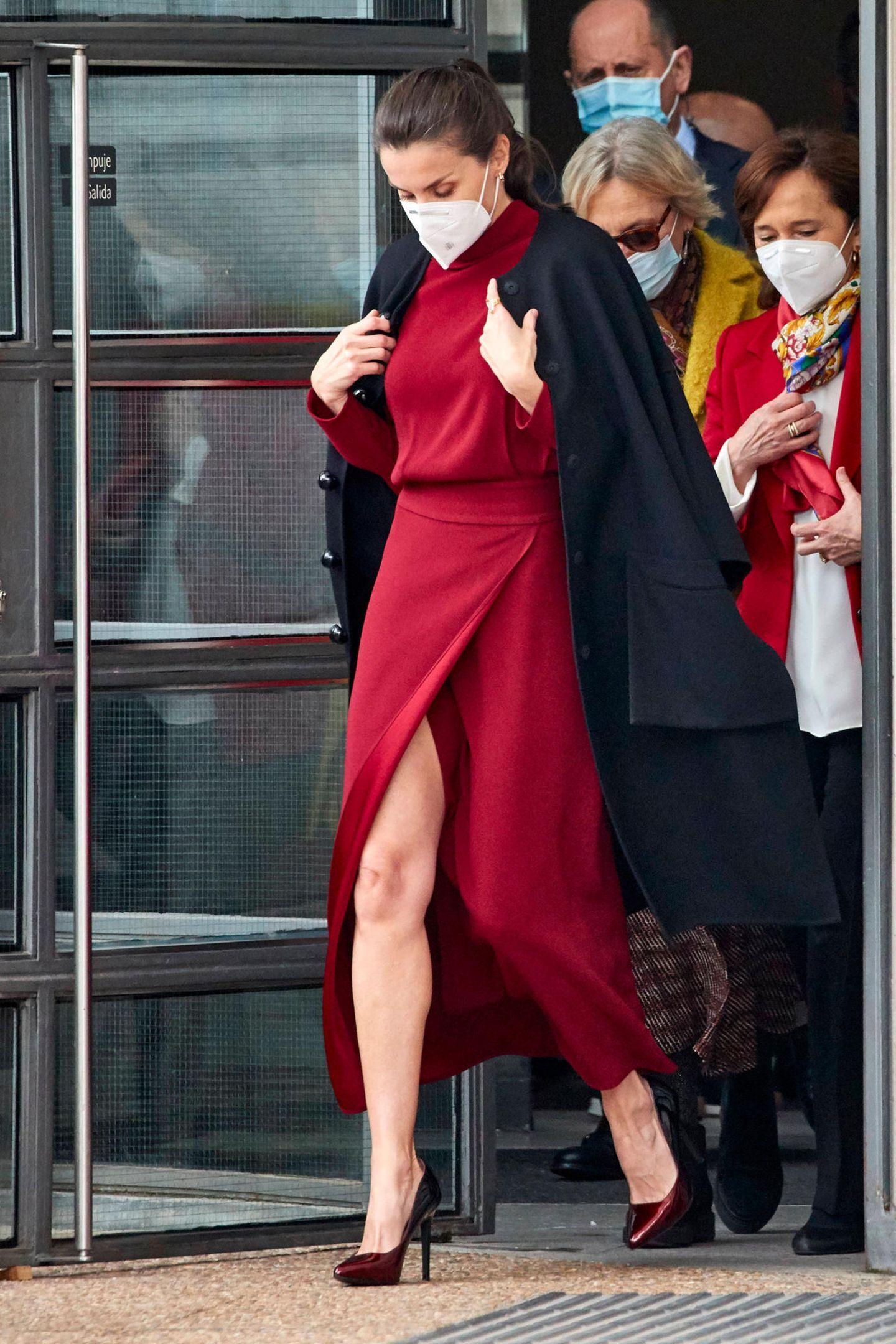 Wenn es um Stil geht, kann keiner Königin Letizia von Spanien etwas vormachen. Die Frau hat einfach Stil. Das bewies sie erst kürzlich beim Besuchin der Nationalbibliothek in Madrid. Das rote Kleid von Massimo Dutti mit suuuuuuper hohem Beinschlitz sieht einfach toll aus. Aber irgendwie kommt uns der Look bekannt vor ...