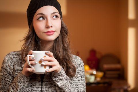 Ekpathie: Nachdenkliche Frau hält eine Tasse in der Hand.