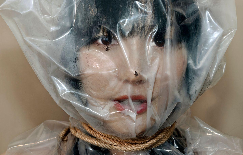 Art Photography Award: Frau umwickelt mit Folie