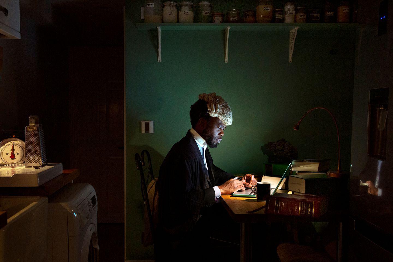 Art Photography Award: Mann sitzt vor Laptop
