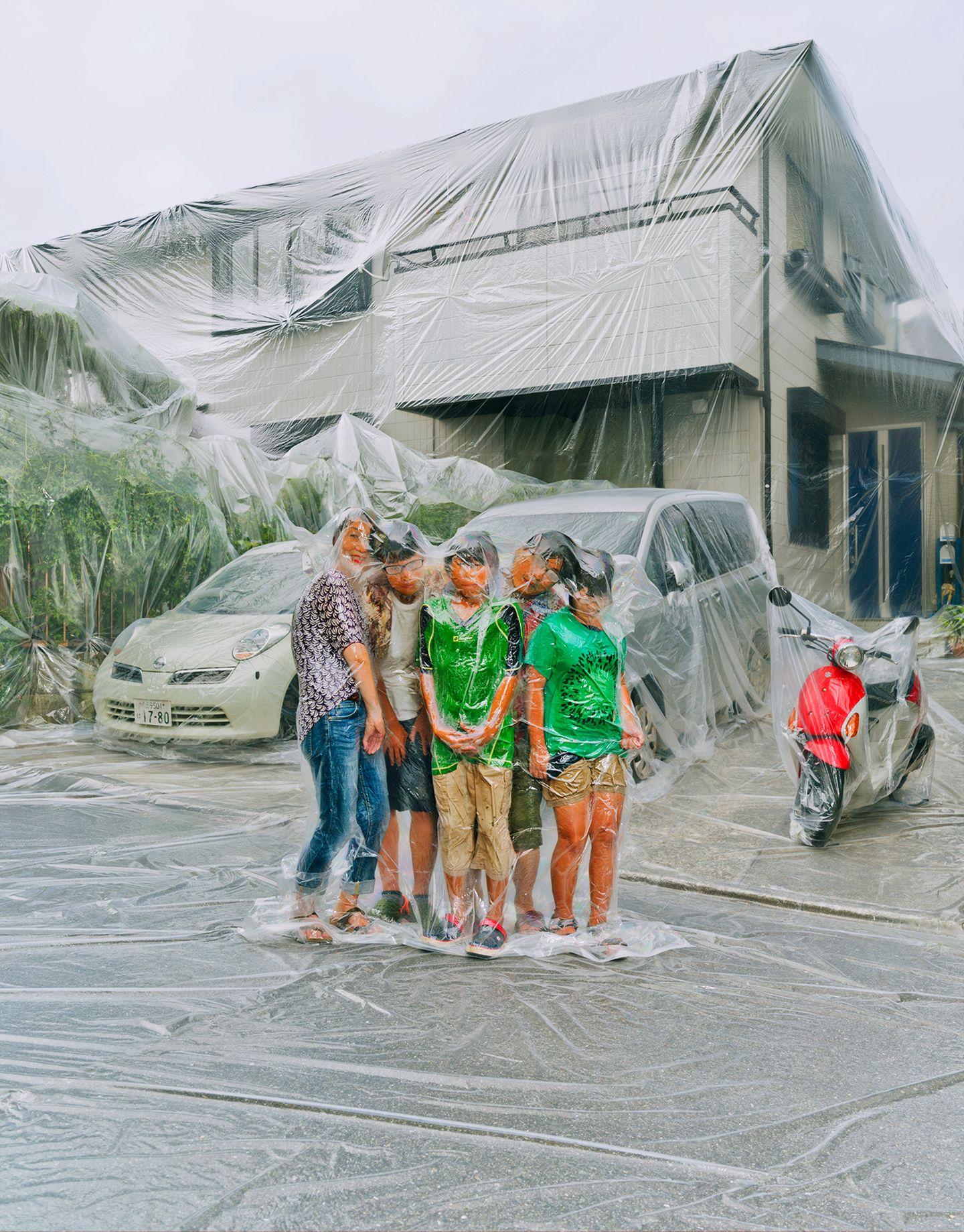 Art Photography Award: Familie umwickelt mit Folie