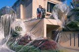 Art Photography Award: Paar und Haus mit Folie umwickelt