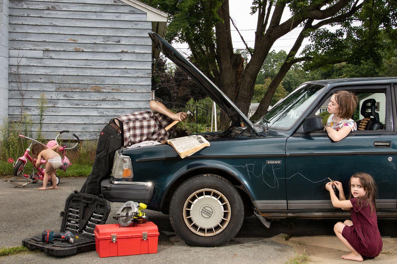 Art Photography Award: Mann repariert Auto