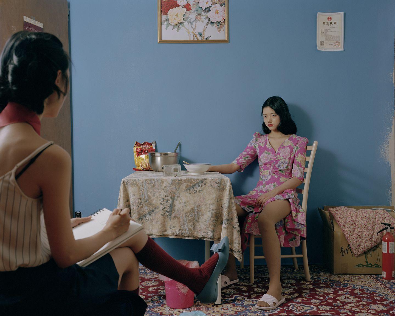 Art Photography Award: Frauen sitzen im Raum
