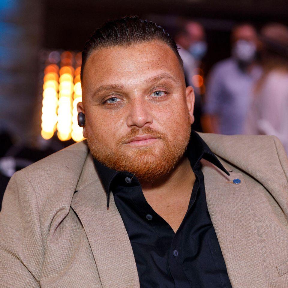 Der Ex-DSDS-Teilnehmer Menowin Fröhlich kämpft schon lange mit seinem Gewicht. Erst 2020 hatte der Musiker rund 20 Kilo abgenommen. Das soll aber noch nicht alles gewesen sein, denn nun hat er den Kampf wieder aufgenommen – und zwar ziemlich erfolgreich.
