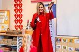 Königin Máxima besucht eine Grundschule und zieht dabei in ihrem knallroten Ensemble von Natan Couture alle Blicke auf sich. Sogar die Accessoires sind perfekt abgestimmt: Sie trägt Lederhandschuhe, Pumps und eine Clutch in Bordeaux-Rot.