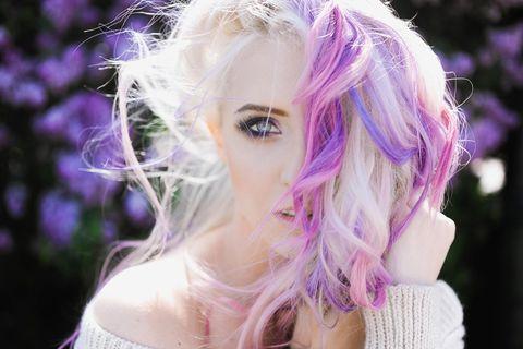 Haarkreide: Frau mit lila Haar