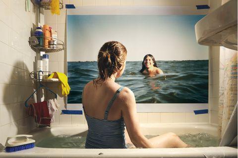 Art Photography Award: Frau liegt auf Boden