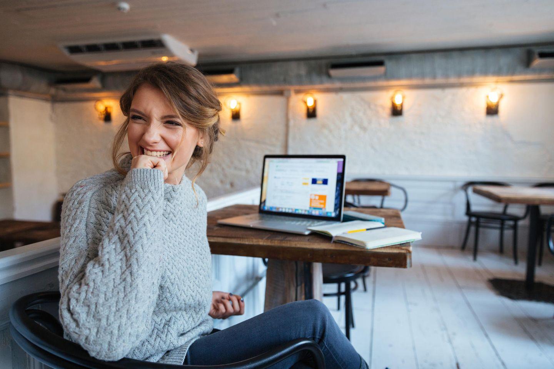 BRIGITTE-Studie zeigt: Frau im Café am Laptop