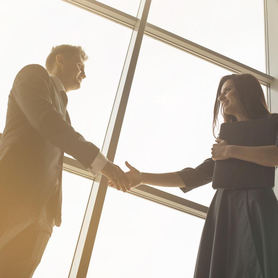 BRIGITTE-Studie zeigt: Frau und Mann geben sich die Hand