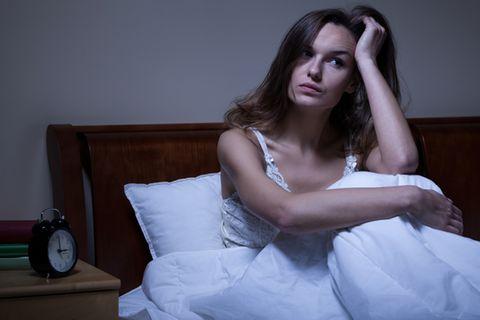 Fremde Betten: Frau wach im Bett