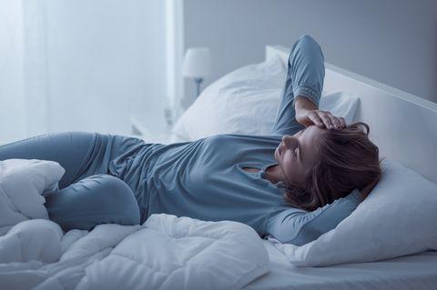 Mitten in der Nacht aufgewacht: Wache Frau im Bett