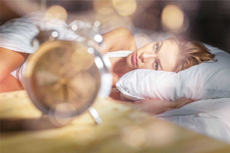 Schlecht schlafen: Wache Frau im Bett
