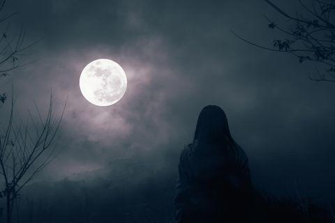 Horoskop: Eine Frau schaut sich den Vollmond an
