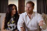 Nach dem Wirbel um den Rückzug von Meghan Markle und Prinz Harry, sind die beiden in einem YouTube-Video bei SpotifyStreamOn zu sehen. Dass wir die Augen nicht von der schwangeren Meghan Markle lassen können, ist natürlich klar. Sie strahlt gerade! Fast genauso schön wie ihr Anblick ist auch das Kleid, das sie trägt. Ein hellblaues Seidenkleid mit Zitronen-Muster von Oscar de la Renta. So hübsch, Meghan!