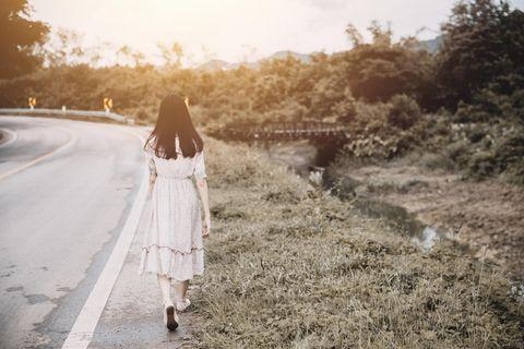 Horoskop: Eine Frau geht eine Straße entlang