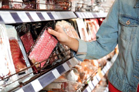 Rückruf: Frau nimmt Wurst aus Supermarkt-Regal