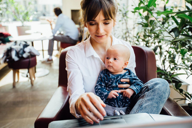 BRIGITTE-Studie: Frau mit Baby auf dem Schoß