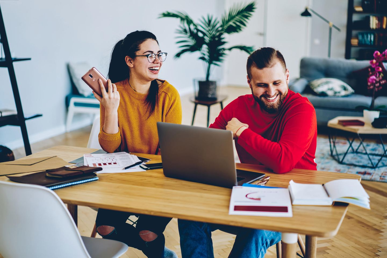 BRIGITTE-Studie: Frau und Mann sitzen am Schreibtisch