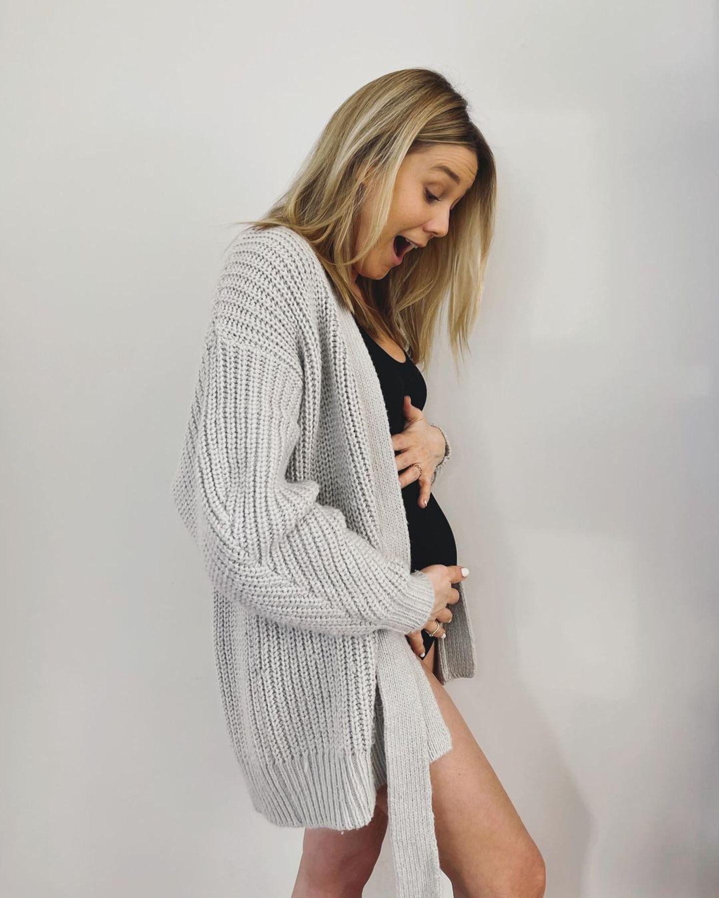 Mit diesem süßen Schnappschuss verkündet Moderatorin und Schauspielerin Alina Merkau ihre Schwangerschaft auf Instagram. 2016 hat die 34-Jährige bereits ihr erstes Kind bekommen, wie lange es noch dauert, bis Baby Nummer zwei da ist, wissen wir leider nicht. Wir wissen nur, dass wir uns jetzt schon auf viele schöne Babybauch-Bilder freuen.