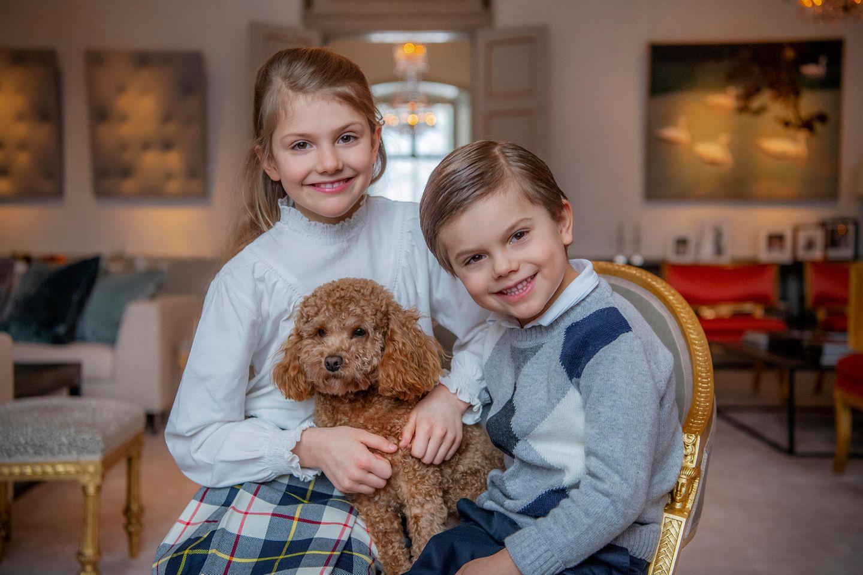 Prinzessin Estelle wird neun Jahre alt und das schwedische Königshaus zelebriert diesen Anlass mit niedlichen neuen Porträts der Thronfolgerin und ihres Bruders. Hündchen Rio darf natürlich auch nicht fehlen. Die kleine Estelle trägt einen karierten Wollrock, ihr Bruder einen karierten Pullover! Zum Dahinschmelzen!