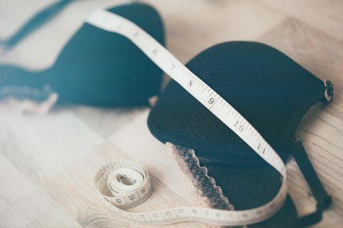 Brust verkleinern: BH mit Maßband