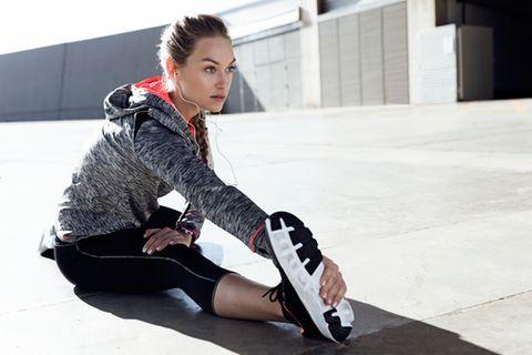 Cellulite: Frau beim Dehnen