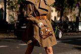 Der Trenchcoat mal anders: Fashionistas wandeln den Klassiker im Frühling 2021 ab – und tragen ihn unter anderem als sexy Kleid mit betonten Schultern.
