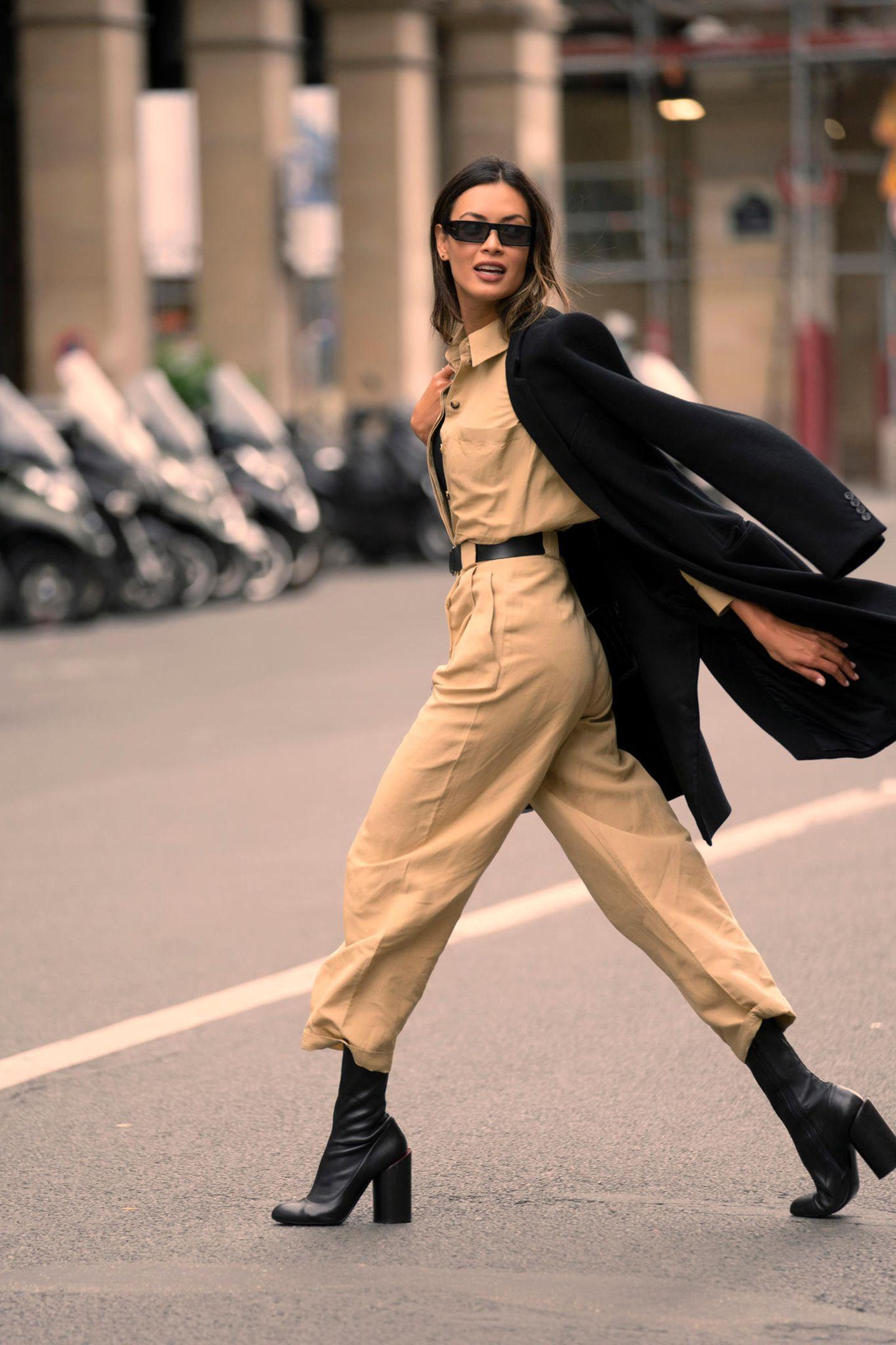 Von wegen Französinnen laufen immer im eleganten Kostüm herum. Die echte Nonchalance à la francaise erreicht ihr schon mit einem lässigen Boilersuit und coolen Boots.